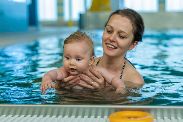 Orient your baby to swimming at home